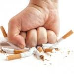 Mit der Faust zerschlägt ein Mann Zigaretten und befreit sich von der Zigarettensucht